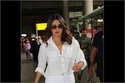 अकेले ही एयरपोर्ट पर स्पॉट हुईं प्रियंका चोपड़ा, ऑल-व्हाइट लुक में दिखीं स्टनिंग