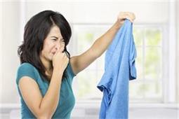 मानसून सीजन में कपड़ों से बदबू को रखना है दूर तो करें ये 8 काम