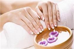 घर पर इस तरह करें Hot Oil Manicure और पाएं मोतियों जैसे चमकते नाखून