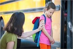 बच्चा स्कूल जाते समय करता है बहानेबाजी तो ऐसे उन्हें मनाएं