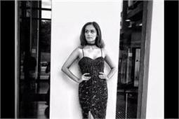 शिमरी ब्लैक ड्रैस में मानुषी ने फ्लॉन्ट की अपनी सेक्सी फिगर, देखिए तस्वीरें