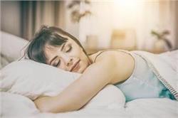 अगर आप भी सोते हैं पेट के बल तो पहले जान लें इसके नुकसान