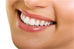 आपके पीले दांत भी होंगे हफ्ते में सफेद, बड़े कमाल के हैं ये 5 टिप्स
