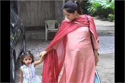 एथनीक लुक में मीशा को स्कूल लेने पहुंची मीरा, फ्लॉन्ट किया बेबी बंप