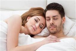 क्या आप जानते हैं पार्टनर के साथ चिपककर सोने के ये 5 फायदे?