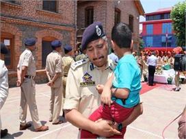 SHO अरशद की अंतिम विदाई पर उसके बेटे को गोद में ले...