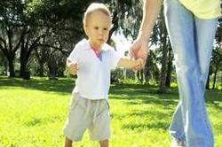 बच्चा चलने लगे घुटनों के बल तो दें इन बातों पर ज्यादा ध्यान