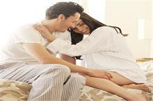 रिश्ते में फिर से प्यार के नए रंग भरना चाहते हैं तो आजमाइए...