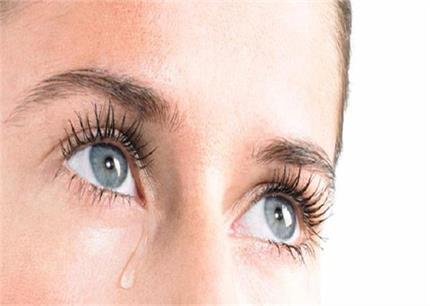 आंखों से निकलते पानी की समस्या से राहत दिलाएंगे ये नुस्खे