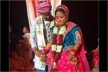 मंगेतर हर्ष के साथ भारती सिंह ने की शादी, पिंक लहंगे में...