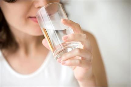 खाली पेट पानी पीने से मिलते है कई फायदे
