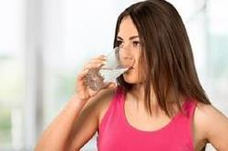 जब दिखने लगे ये संकेत तो शरीर में है पानी की कमी
