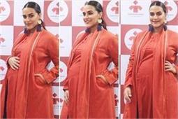 Maternity Style: ट्रेडिशनल लुक में नेहा ने फ्लॉन्ट किया बेबी बंप