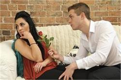 नाराज गर्लफ्रेंड को मनाने के लिए इन क्यूट तरीकों से बोलें Sorry
