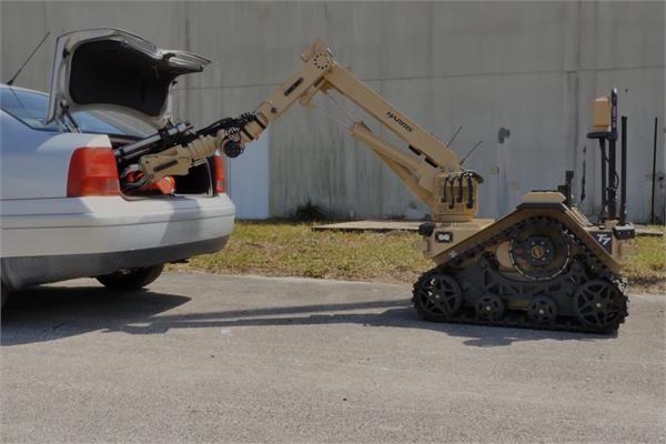 दुनिया की सबसे खतरनाक जॉब करेगा T7 बम डिस्पोजल रोबोट (देखें वीडियो)
