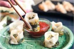 सर्दियों में घर पर बनाकर खाएं पालक कॉर्न चीज मोमोज