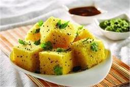 नाश्ते में बनाए स्वादिष्ट ढोकला और नारियल की चटनी - Nari