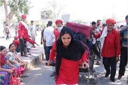 पुरुषों के बीच इकलौती महिला कुली हैं मंजू, ऐसा है उनके जिदंगी का संघर्ष
