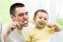 6 टिप्सः सही तरीके से करवाएं ब्रश, खराब नहीं होंगे बच्चे के दांत