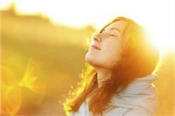 सर्दियों में गुनगुनी धूप सेंकने से ही आपको मिलेंगे ये 7 फायदे