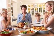 पेरेंट्स का साथ बैठकर खाना-खाने से हेल्दी रहेंगे बच्चे