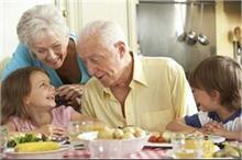 उम्र के हिसाब से लें हेल्दी डाइट, जानिए आपके लिए क्या खाना...