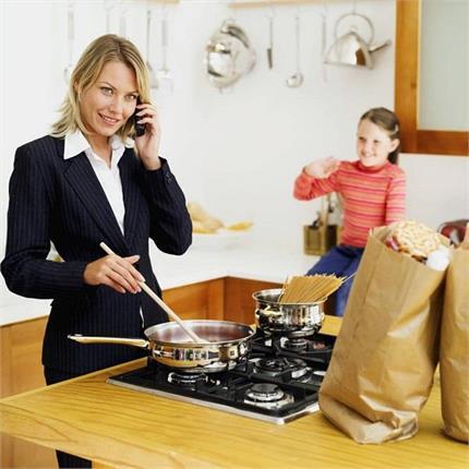 वर्किंग वूमन अपनाएं ये टिप्स, ऑफिस के साथ बच्चे को भी दे पाएंगी टाइम