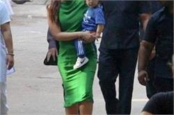 स्टूडियो के बाहर बेटे तैमूर के साथ दिखीं Kareena