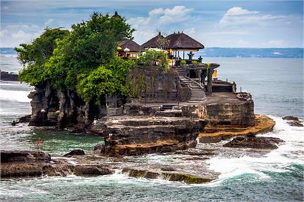 विशाल समुद्री चट्टान पर बना है इंडोनेशिया का यह मशहूर मंदिर
