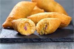 मेहमानों को खिलाएं टेस्टी Cheesy Bread Roll