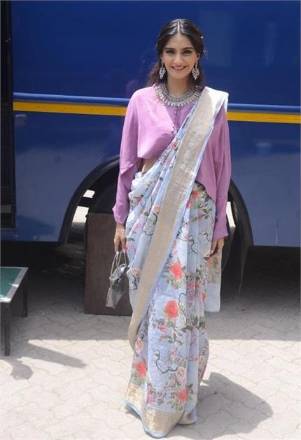 देसी लुक में फिल्म को प्रमोट करने पहुंची सोनम, करीना का भी दिखा...