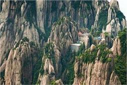OMG! पहाड़ों पर बने इस होटल में जाना है तो चढ़नी पड़ेगी 60,000 सीढ़ियां