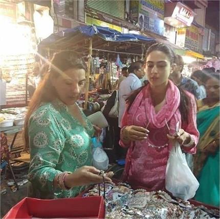 हैदराबाद की सड़कों पर मां अमृता के साथ यूं खरीददारी करती दिखी सारा...