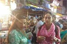 हैदराबाद की सड़कों पर मां अमृता के साथ यूं खरीददारी करती...