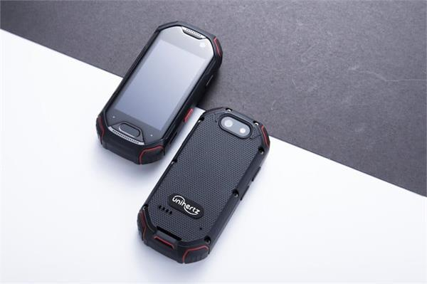 पैदल चलने व साइकलिंग करने वाले लोगों के लिए बनाया गया दुनिया का सबसे छोटा 4G स्मार्टफोन