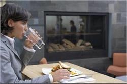 दिन में कब और खाना खाने के कितनी देर बाद पीना चाहिए पानी?