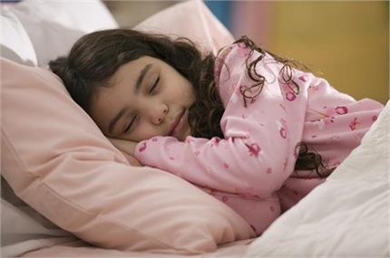 किस उम्र में डालनी चाहिए बच्चों को अकेला सोने की आदत ?