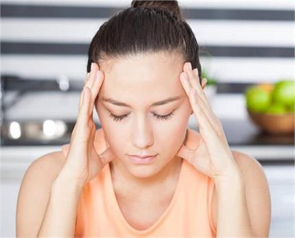 शरीर में हार्मोन्स इंबैलेस होने पर दिखते हैं ये लक्षण, इन चीजों को...