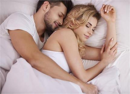पार्टनर के साथ लेनी है अच्छी नींद तो सोने से पहले करें ये 8 काम