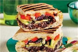 ब्रेकफास्ट में अलग तरीके से बनाकर खाएं Roasted Vegetable Sandwich