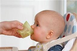 शिशु को पहली बार पानी कब पिलाएं?