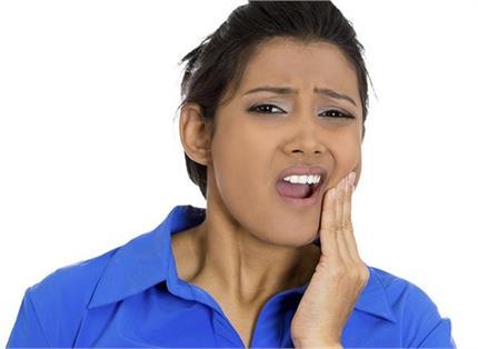 दांतों की समस्याओं के लिए फायदेमंद है ये 3 जड़ी-बूटियां, आप भी करें...