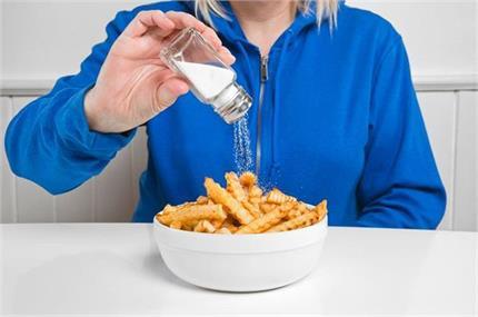 शरीर में दिखने लगे ये लक्षण तो समझ लें जरूरत से ज्यादा नमक खा रहे हैं...