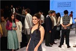 LFWwf18 Day 2: फैशन शो देखने पहुंची Dia Mirza ने बटौरी सारी लाइमलाइट