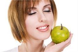 डार्क सर्कल और सांवलेपन से मिलेगा छुटकारा, यूं करें सेब का इस्तेमाल - Nari