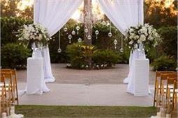 फूलों के साथ Curtain से सजाएं वैडिंग वेन्यू