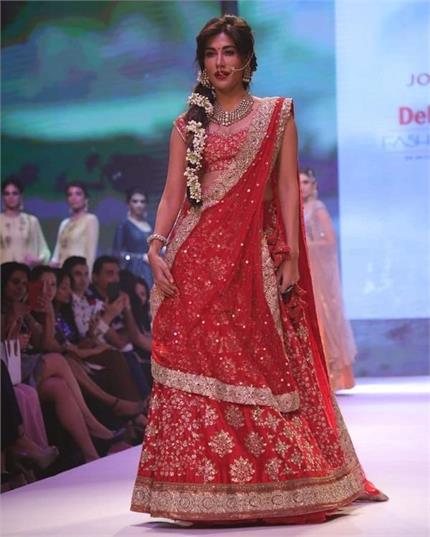 Delhi Times Fashion Week: चित्रांगदा रेड तो पेस्टल लहंगे में दिखी...