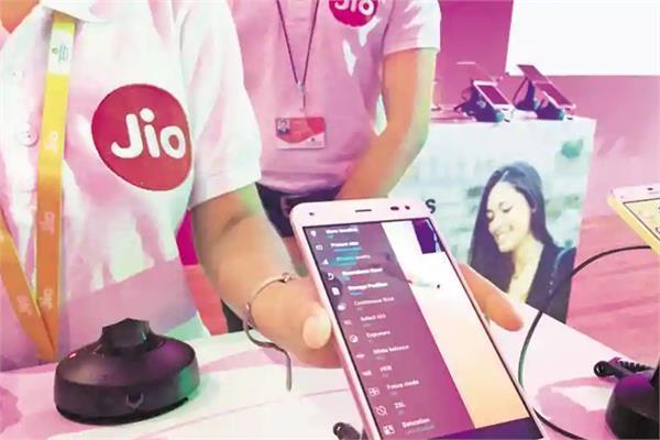 जियो के दो साल में इंटरनेट डाटा की दरें उतरी जमीन पर, मुफ्त बातचीत बनी हकीकत