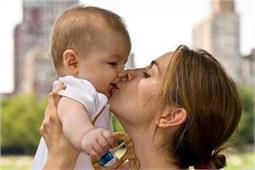 शिशु को बार-बार चूमने से हो सकता है खतरनाक इंफैक्शन! - Nari