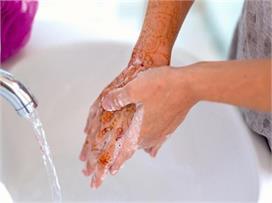 हाथों पर फीकी पड़ रही मेहंदी छुड़वाने के 7 आसान तरीके
